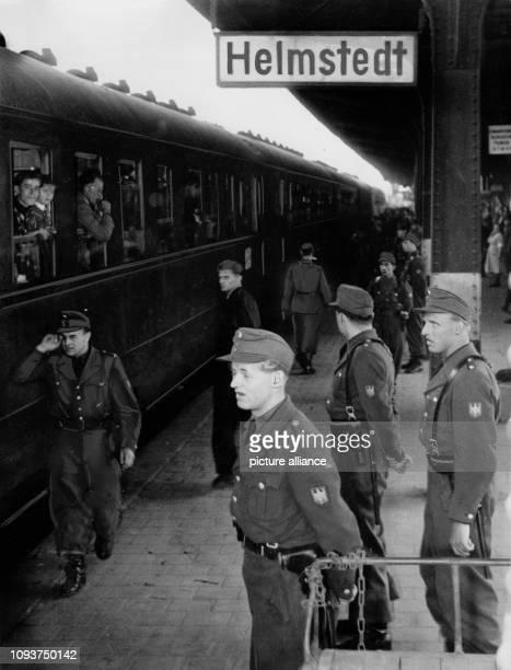 OriginalPressemeldung des DDRNachrichtendienstes ADN auf der Rückseite des Bildes '1061954 Bundesgrenzschutz verhaftet Teilnehmer am II...
