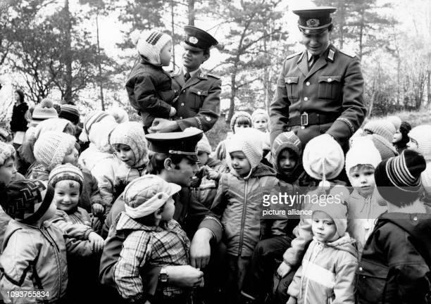 OriginalPressemeldung des DDRNachrichtendienstes ADN auf der Rückseite des Bildes ' 40 Jahrestag der Grenztruppen der DDR [am 1 Dezember] Wenn ihre...