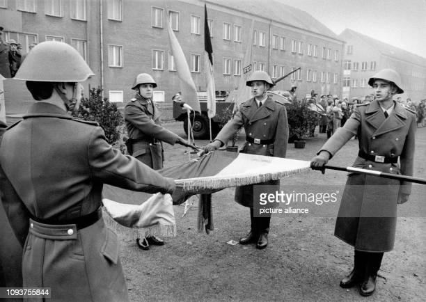 OriginalPressemeldung des DDRNachrichtendienstes ADN auf der Rückseite des Bildes 'Berlin Vereidigung Junge Wehrpflichtige aus VPBereitschaften des...