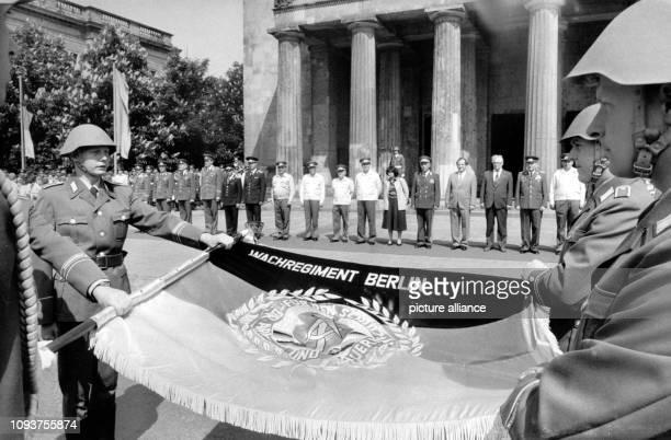 OriginalPressemeldung des DDRNachrichtendienstes ADN auf der Rückseite des Bildes 'Berlin 2151983 Vereidigung am Mahnmal Unter den Linden Junge...