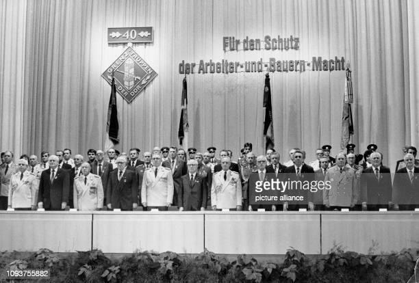 OriginalPressemeldung des DDRNachrichtendienstes ADN auf der Rückseite des Bildes 'Berlin Zum 40 Jahrestag der Grenztruppen der DDR fand in der...