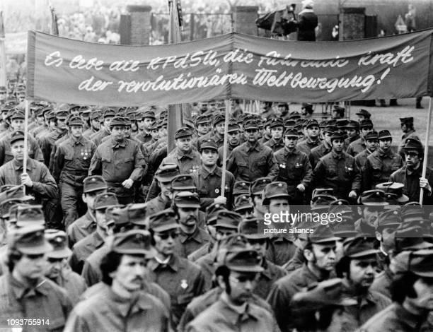 OriginalPressemeldung des DDRNachrichtendienstes ADN auf der Rückseite des Bildes 'Berlin 1211975 Kampfdemonstration Den Abschluß der machtvollen...