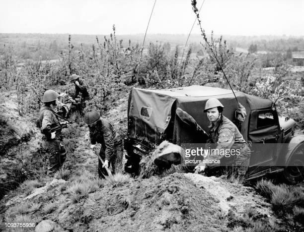 OriginalPressemeldung des DDRNachrichtendienstes ADN auf der Rückseite des Bildes 'Berlin 661978 Kampfgruppenübung Einrichten einer Funkstelle'...