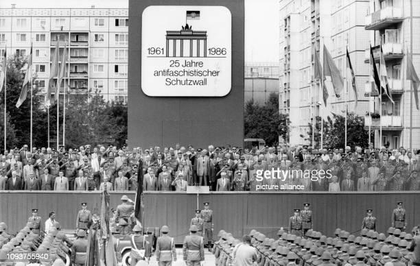 OriginalPressemeldung des DDRNachrichtendienstes ADN auf der Rückseite des Bildes 'Berlin 1381986 Kampfappell Während der Meldung des...