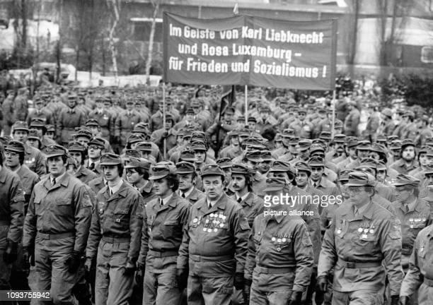 OriginalPressemeldung des DDRNachrichtendienstes ADN auf der Rückseite des Bildes 'Berlin 1111981 Kampfdemonstration Ihr kraftvolles Bekenntnis zur...