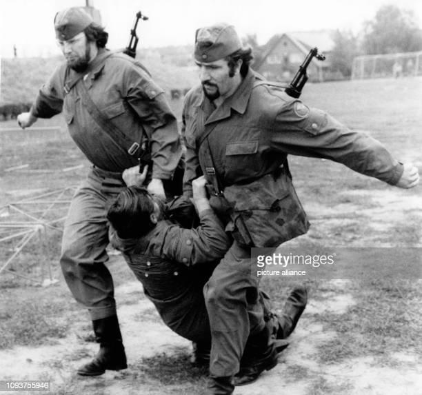 OriginalPressemeldung des DDRNachrichtendienstes ADN auf der Rückseite des Bildes 'Berlin 1181976 Intensiv bereiten sich die Kämpfer der...