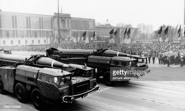 OriginalPressemeldung des DDRNachrichtendienstes ADN auf der Rückseite des Bildes 'Berlin 7101978 Ehrenparade Auf der traditionellen Ehrenparade zum...