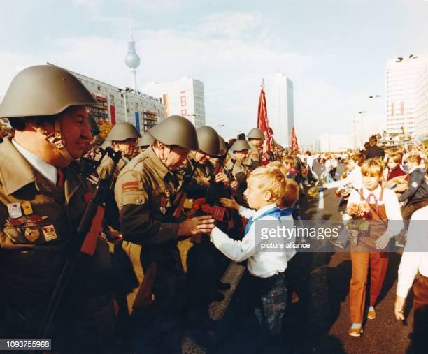 OriginalPressemeldung des DDRNachrichtendienstes ADN auf der Rückseite des Bildes 'Berlin 2491983 Kampfappell Ein machtvoller Kampfappell von 10000...