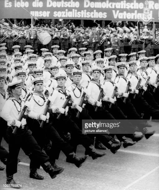 OriginalPressemeldung des DDRNachrichtendienstes ADN auf der Rückseite des Bildes 'Berlin 7101988 Ehrenparade Anläßlich des 39 Jahrestages der...