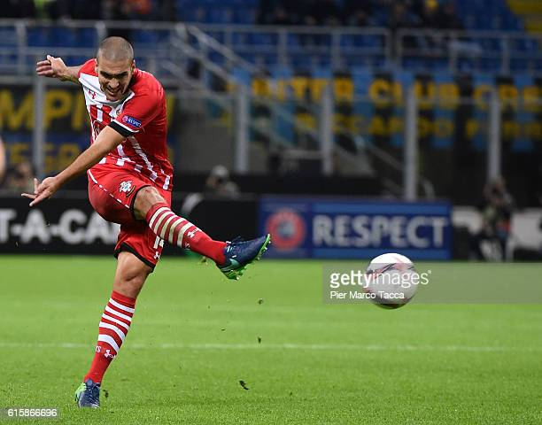 Oriol Romeu of Southampton FC kicks the ball during the UEFA Europa League match between FC Internazionale Milano and Southampton FC at Giuseppe...