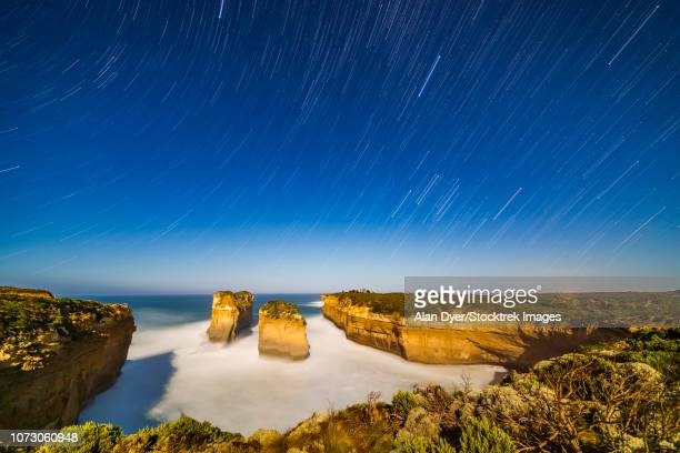 orion and sirius setting into the west over loch ard gorge, australia. - ard blue hour stock-fotos und bilder