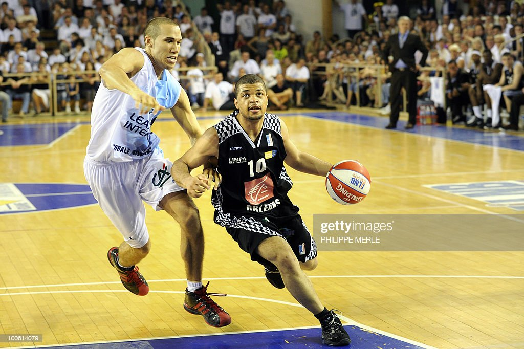 Orleans's US guard Aldo Curti (R) vies with Roanne's US forward Etienne Brower during the French ProA basketball play-off match Roanne vs. Orleans on May 25, 2010 in Roanne, eastern France.