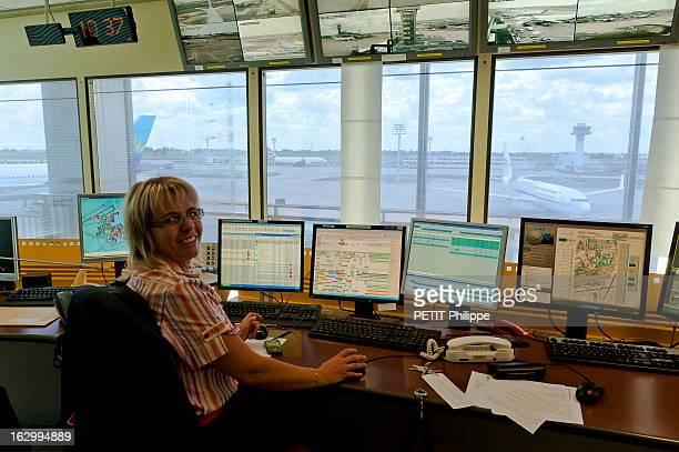 Orly Airport Celebrates Its 50 Anniversary Au coeur de l'aéroport d'ORLY qui fête son 50ème anniversaire une femme souriante à son poste dans la tour...