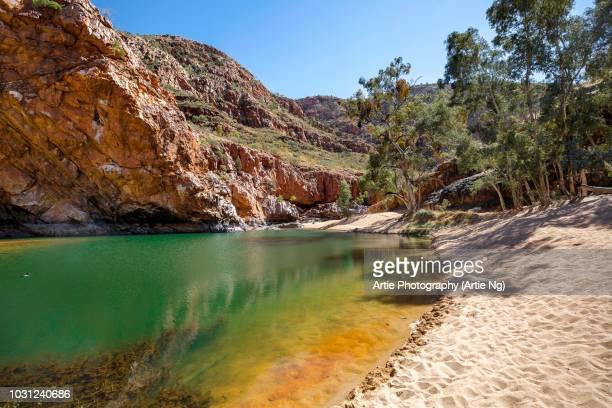 ormiston gorge water hole, ormiston pound, west macdonnell ranges, northern territory, australia - territorio del norte fotografías e imágenes de stock
