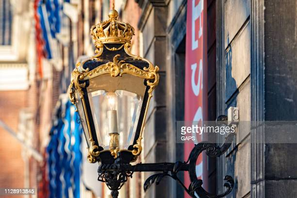 ornamental lantern on the facade of the former lange voorhout palace in the hague - l'aia foto e immagini stock