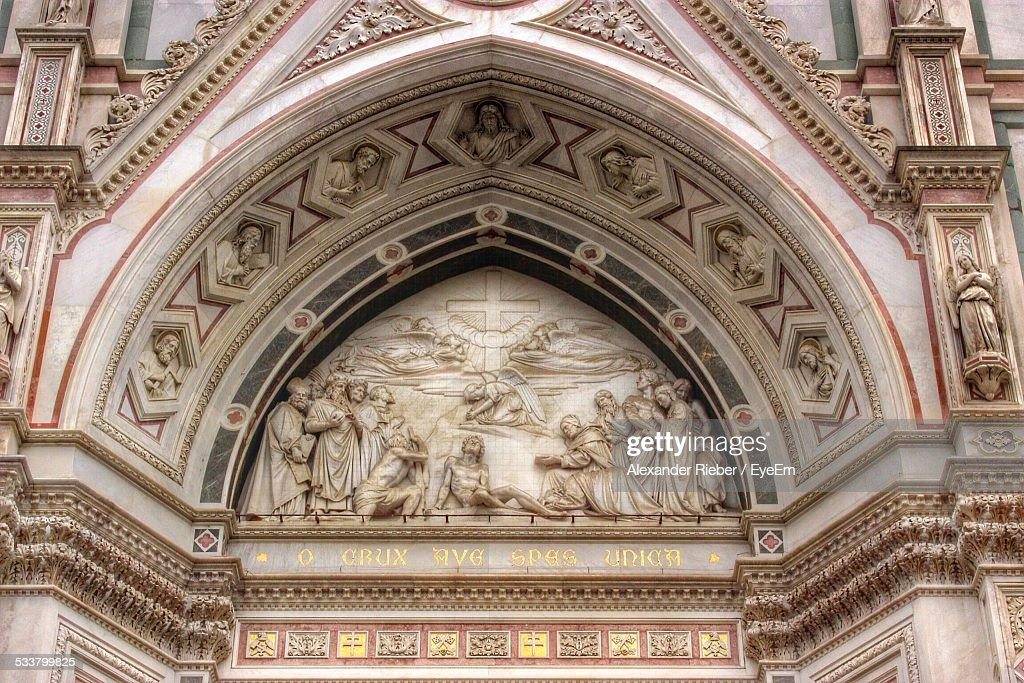 Ornate Arch Above Entrance To Church : Stockfoto