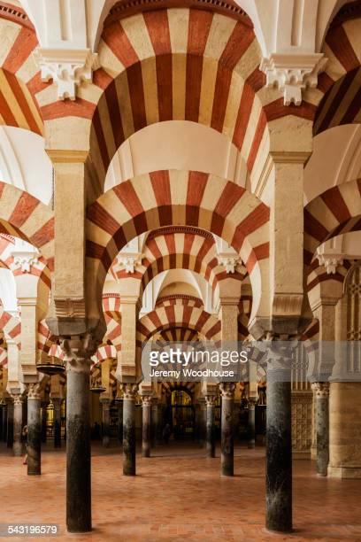 ornate arches in mosque, cordoba, andalusia, spain - mezquita fotografías e imágenes de stock