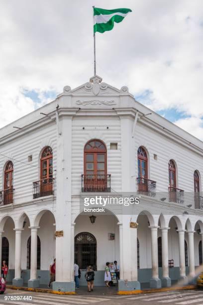 recargado de edificio en el centro de santa cruz de la sierra bolivia - santa cruz de la sierra bolivia fotografías e imágenes de stock
