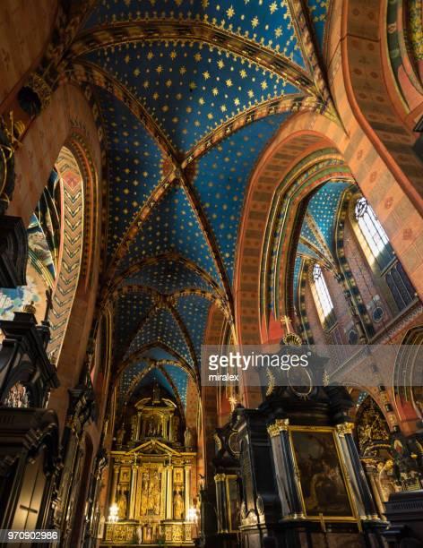 ポーランド、クラクフの聖マリア大聖堂の身廊の華やかな天井 - kraków ストックフォトと画像