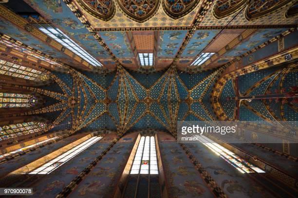ポーランド ・ クラクフの聖マリア大聖堂の華麗な天井 - kraków ストックフォトと画像