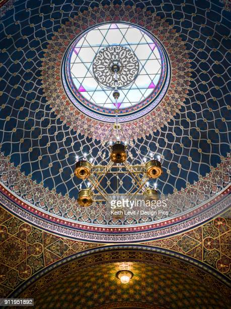 ornate design of a domed ceiling and hanging light fixture in the spanish synagogue - domo - fotografias e filmes do acervo