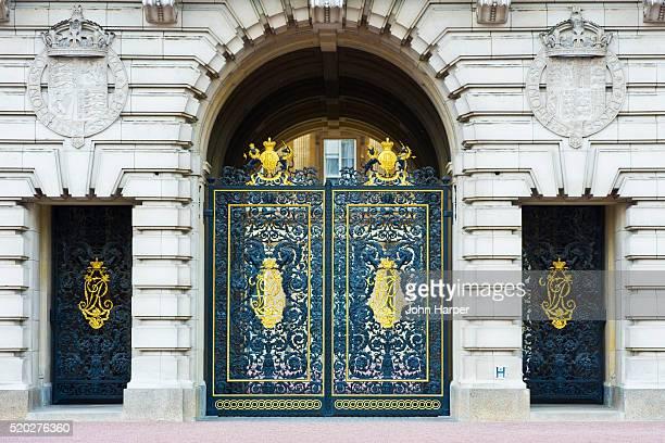 ornate gates of buckingham palace, london - buckingham palace crest stock pictures, royalty-free photos & images