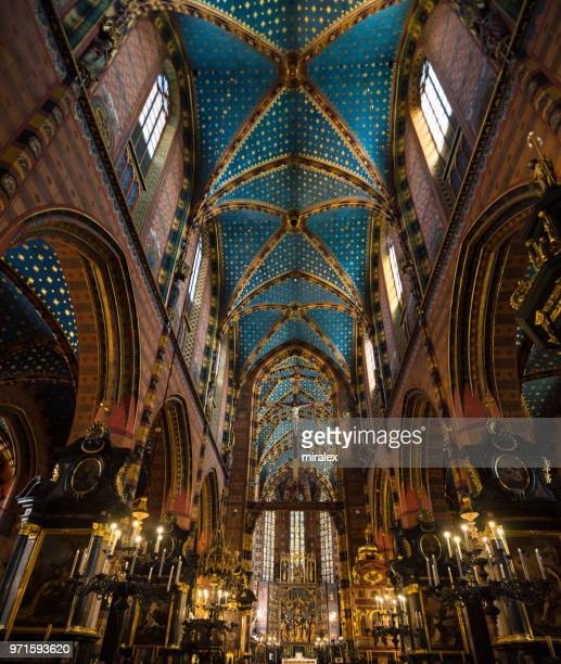 ポーランド、クラクフの聖マリア大聖堂の華麗なインテリア - kraków ストックフォトと画像