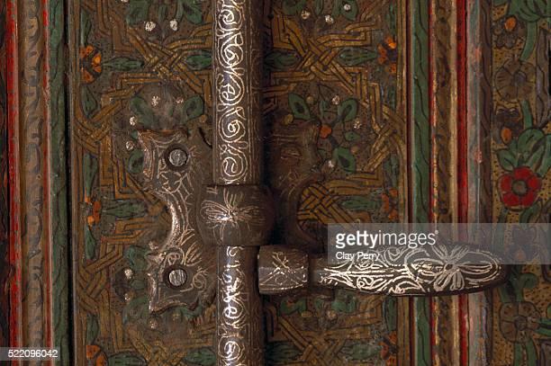 ornate silver door lock in telouet kasbah in morocco - telouet kasbah photos et images de collection