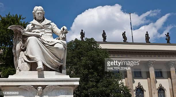verzierte statue im courtyard - denkmal stock-fotos und bilder