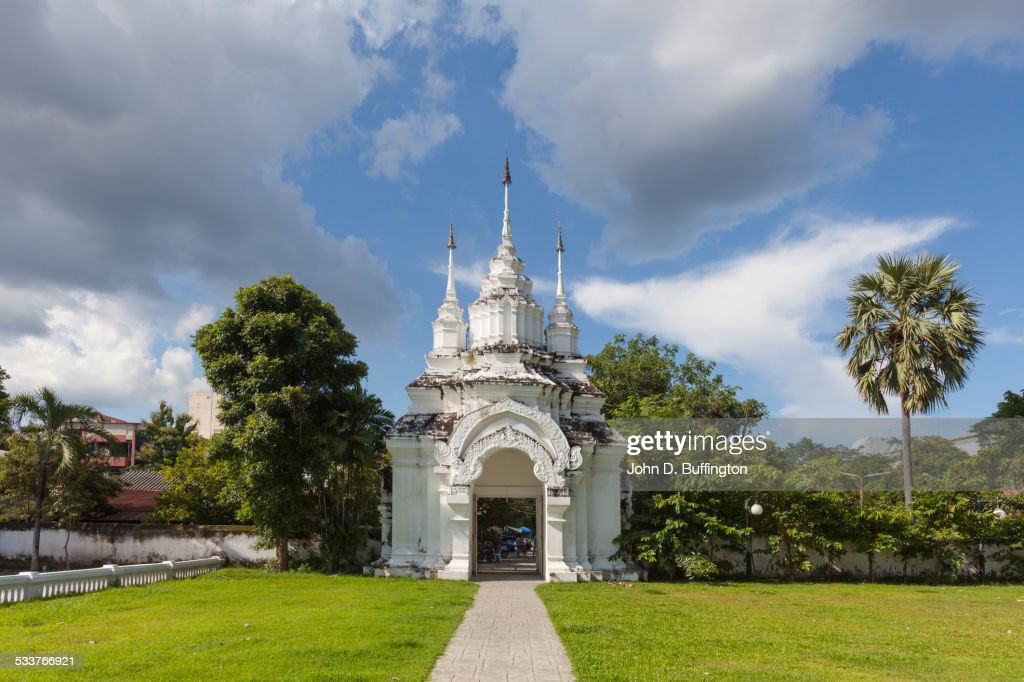 Ornate temple and green lawn, Chiang Mai, Chiang Mai Province, Thailand : Foto stock
