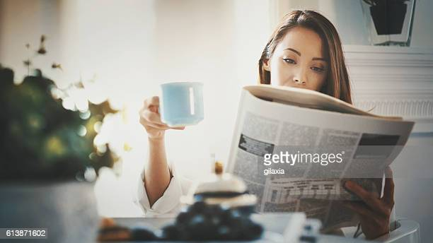 m orning routine with coffee and newspapers. - weekend activiteiten stockfoto's en -beelden