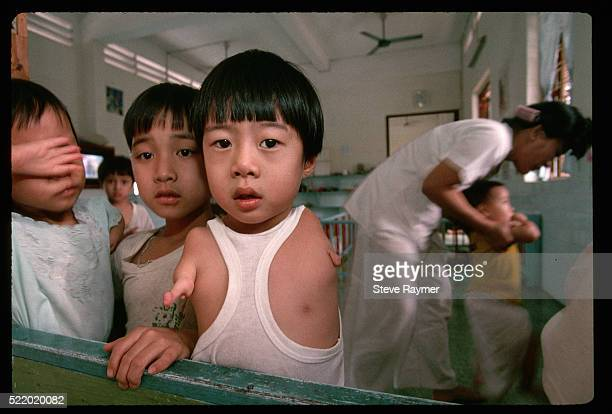 orphaned boys deformed by agent orange - agent orange 個照片及圖片檔