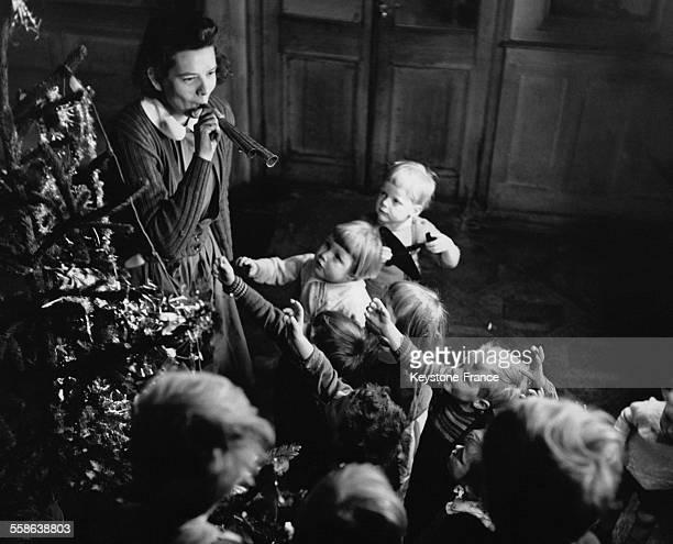 Orphelins celebrant Noel autour d'un sapin dans un des orphelinats du Dr Barnardo a Haslemere RoyaumeUni