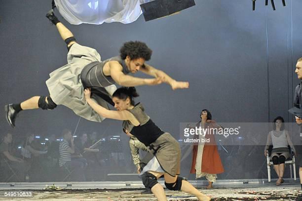 Berlin. Titel: Oedipus Rex. Autor: Igor Strawinsky. Company: Constanza Macras, Dorky Park. Regie & Choreographie: Constanza Macras. Buehne: Chiharu...