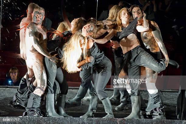 Maxim Gorki Theater Berlin Titel Die Wohlgesinnten Autor Jonathan Littell Regie Armin Petras Buehne Olaf Altmann Kostueme Karoline Bierner Premiere...