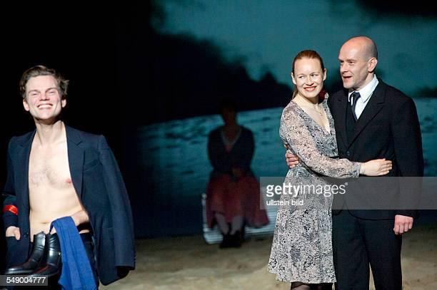 Maxim Gorki Theater Berlin Titel Effi Briest Autor Theodor Fontane Regie Jorinde Droese Buehne Natascha von Steiger Kostueme Bettina Schuermann...