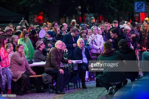Volksbuehne Berlin Abschiedsfest vor dem Theater und auf der gesamten RosaLuxemburgStraße nach der letzten Vorstellung Baumeister Solness am 1 Juli...