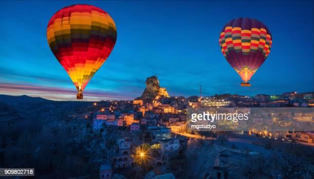 日没のカッパドキア、トルコでオルタヒサル キャバン シティ - ネヴシェヒル県 ストックフォトと画像