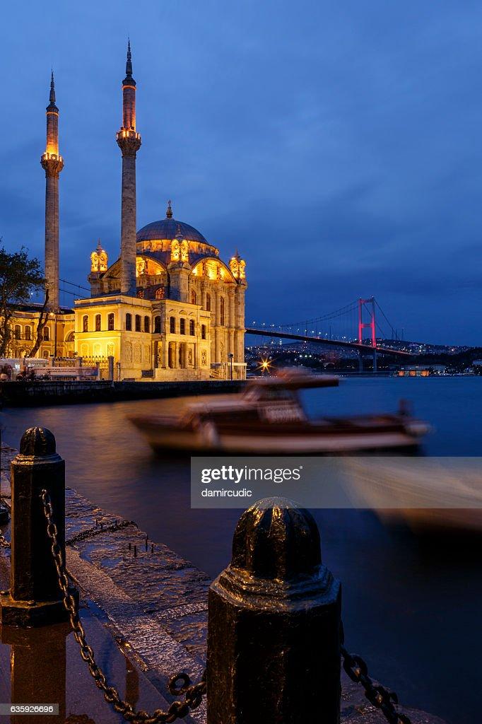 Mezquita de Ortakoy y puente del Bósforo, Estambul, Turquía : Foto de stock