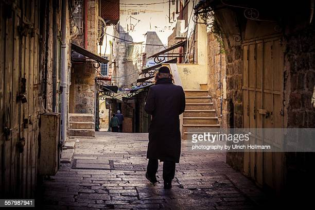 orthodox jewish man walking in old town, jerusalem - jerusalem old city stock pictures, royalty-free photos & images