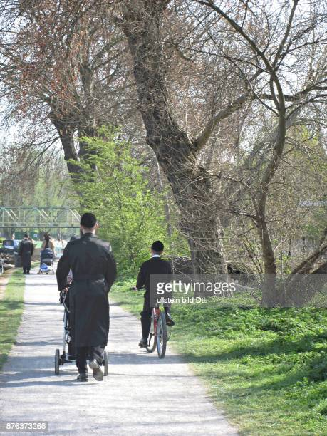 UK Orthodox Jews walking and cycling in Clapton East London Photo © Julio Etchart CDREF00664