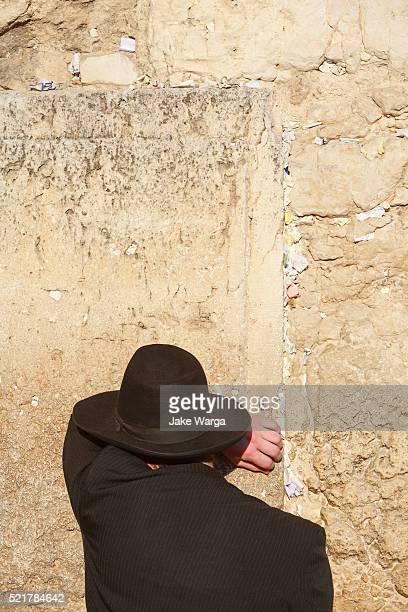 orthodox man praying, the western wall, wailing wall or kotel, old jerusalem, israel - jake warga fotografías e imágenes de stock