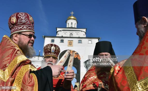 Orthodox priests share the Holy Light during Easter service in downtown Vladimir on April 8 2018 / AFP PHOTO / Vasily MAXIMOV