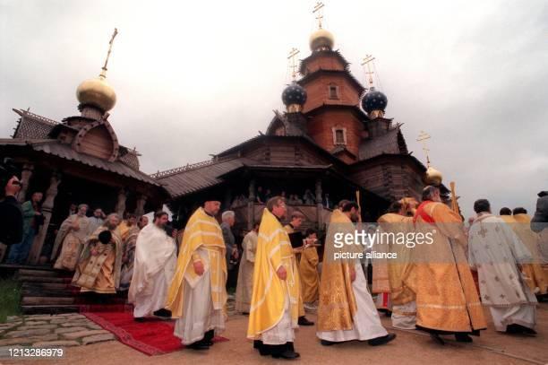 Orthodoxe Geistliche aus Osteuropa weihen am 29696 auf dem Gelände des Mühlenmuseums in Gifhorn die russischorthodoxe Holzkirche des Heiligen...