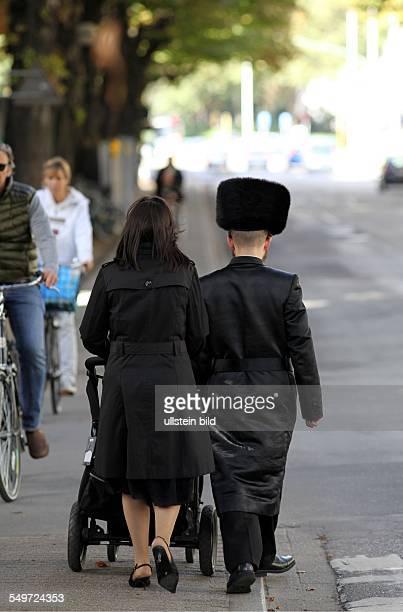 Orthodoxes jüdisches Paar mit Kinderwagen in Antwerpen Antwerpen hat eines der größten jüdischen Gemeinden Europas