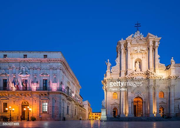 ortygia cathedral and townhall in syracuse, sicily - frans sellies stockfoto's en -beelden