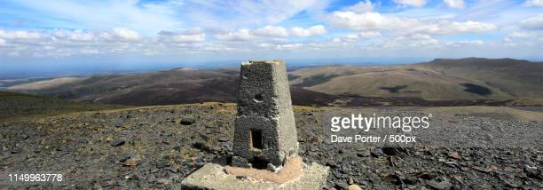 os trig point at the summit of skiddaw fell, keswick town, lake - 石塚 ストックフォトと画像