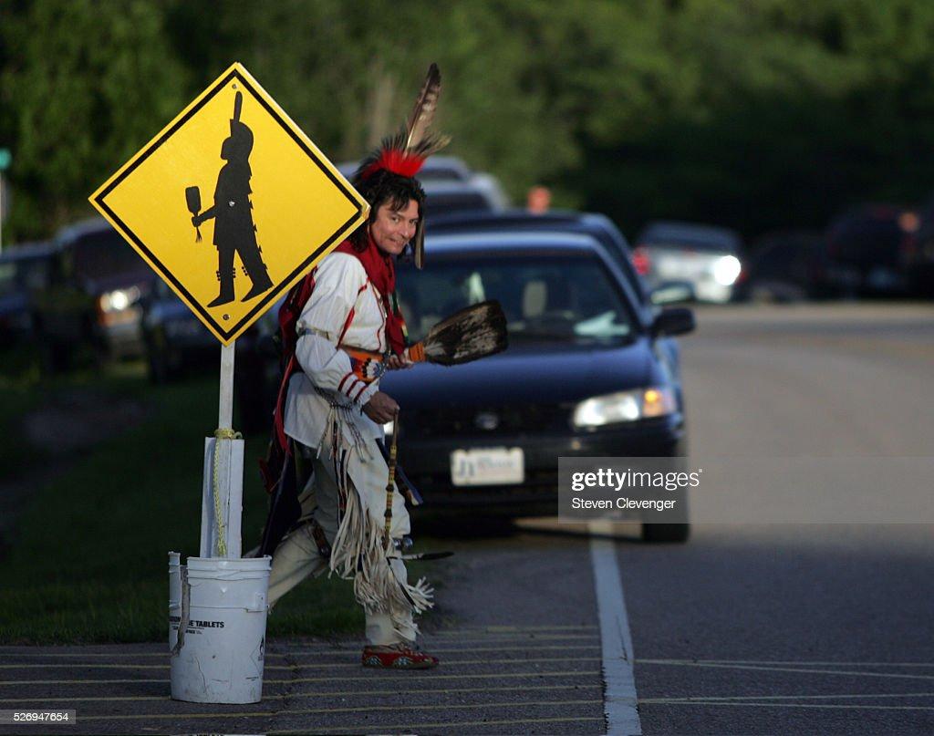 Indian dancer crosses road : News Photo