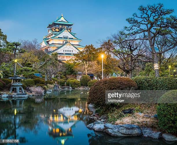 Osaka Schloss beleuchtet bei Dämmerung spiegelt sich im besinnlichen Teich Japan