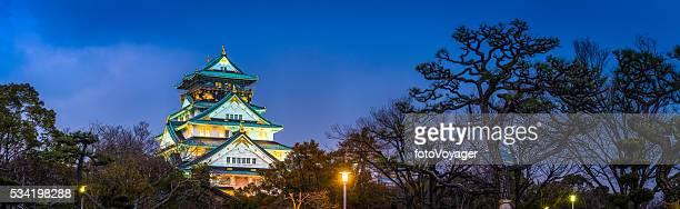 Osaka Schloss vielfarbig Gegen Sonnenuntergang Himmel mit Blick auf den Park Panorama Japan